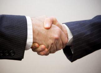 Handschlag zwischen zwei Männern